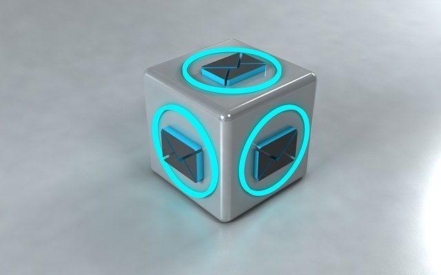 Η σελίδα επικοινωνία απεικονίζεται με 3d σχέδιο που παρουσιάζει την εικόνα του μέιλ πάνω σ' ένα φωτεινό σχήμα κύβου.